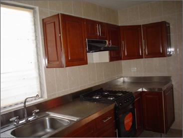 Cocina con cubierta en acero inoxidable y puertas en - Cocina de acero inoxidable precio ...