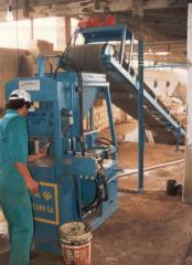 Press for manufacturing a brick hydraulic