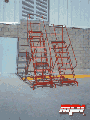 Escaleras rodante de fierro tubular con plataforma.