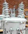 Son transformadores que reciben alta tensión monofásica y alimentan cargas mono o bifásicas. Tienen una sola bobina (devanado primario en alambre esmaltado y dos devanados secundarios en lámina de cobre) y un núcleo magnético enrollado tipo acorazado octo